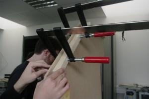 Utilisez des serres joints pour maintenir les tasseaux pendant le perçage et le vissage puis retirez les.